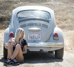 Volkswagen Beetle Girl (ô_!_/ô) - Everything About JDM Cars Auto Girls, Car Girls, Vw Classic, Best Classic Cars, Ferdinand Porsche, German Look, Hot Vw, Bus Girl, Bentley Mulsanne