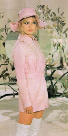 "missbrigittebardot: ""Brigitte Bardot in ""The bear & the doll"", 1969 Source "" Brigitte Bardot, Bridget Bardot, Style Année 60, Looks Style, Style Icons, 1960s Style, Pink Style, Look Vintage, Vintage Mode"
