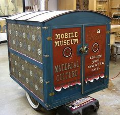 mobile museum Art Cart, Space Museum, Mobile Art, Toy Chest, Storage Chest, Projects, Project Ideas, Museums, Curiosity