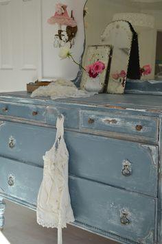 Love this dresser, love the paint color+legs.