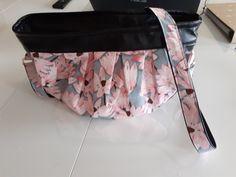 Sac Cancan en simili noir et coton fleurs roses cousu par Elodie - Patron Sacôtin