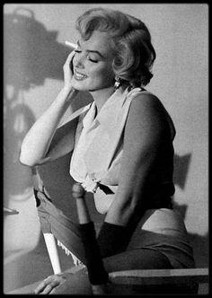 """1954 / Lors du tournage d'une scène du film """"The seven year itch""""."""