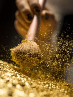 Makeup brush with golden cosmetic powder spreading on black background Premium Photo Gold Aesthetic, Aesthetic Colors, Aesthetic Pictures, Aesthetic Makeup, Apollo Aesthetic, Angel Aesthetic, Aesthetic Backgrounds, Black Backgrounds, Aesthetic Wallpapers