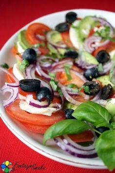 Mozzarella z pomidorem, awokado, oliwkami i czerwoną cebulą http://fantazjesmaku.weebly.com/mozzarella-z-pomidorem-awokado-oliwkami-i-czerwon261-cebul261.html