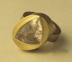 Sabine Hauss - ring - gold 750, rose quartz(viaGalerie Slavik, No. 101212)