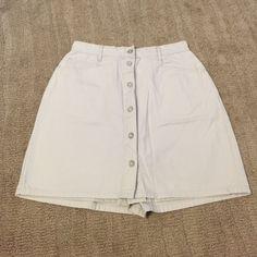 "Skort Skort; shorts with a skirt appearance.  Beige in color.  NEVER worn.  Approximate 5-1/2"" inseam.  PERFECT condition Gloria Vanderbilt Shorts Skorts"