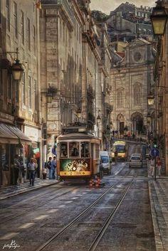 Lisbon, Portugal  Apesar das calçadas estreitas (a cidade é medieval, deem um desconto) olha que rua maravilhosa! Dá vontade de caminhar nela. É aconchegante, tem prédios interessantes, o bondinho passa a sensação de que o tráfego não é intenso. Os nível de ruídos deve ser baixo.