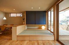 中島の家: 株式会社山口工務店が手掛けたリビングです。 Japan Design Interior, Interior Design Living Room, Small Apartment Design, Small Apartment Decorating, Japanese Home Design, Tatami Room, Living Tv, Tiny Apartments, Kids Room Design