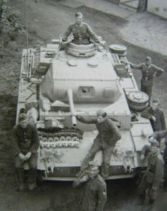PANZER III COMMAND TANK. THIS TANK ONLY HAS A MG IN THE TURRET, THE LONG TUBE IS A FAKE BARREL TO FOOL THE ENEMY INTO THINKING ITS A REGULAR TANK W A 5CM GUN.