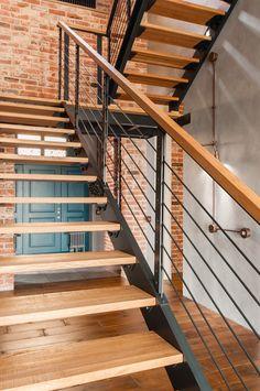 Лестница на металлическом каркасе со ступенями из массива дерева. Оригинальная лестница из дерева и металла. Настоящая Лофт лестница от настоящих мастеров. Stair Railing Design, Staircase Railings, Home Stairs Design, Stair Handrail, Interior Stairs, Modern Staircase, Design Industrial, Industrial Stairs, Industrial House