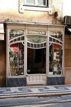 Старинная витрина в Париже.