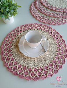 Crochet Placemat Patterns, Crochet Doily Rug, Crochet Bows, Crochet Circles, Thread Crochet, Crochet Crafts, Crochet Projects, Russian Crochet, Crochet Decoration