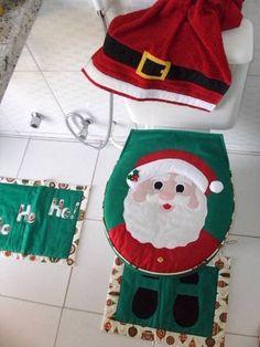 Capa para vaso sanitário e 2 tapetes em brim de algodão (1 para o vaso e 1 para o box) com detalhes em tecido aplicado e tecido estampado com motivos natalinos. Dê um toque divertido ao seu banheiro neste Natal e surpreenda seus convidados!