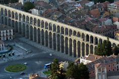 el Acueducto de Segovia es una de las más soberbias obras que los romanos dejaron repartidas por su vasto imperio. Fue construido para conducir hasta Segovia el agua de la Sierra, es símbolo heráldico de la ciudad y su construcción fue atribuida al diablo por la leyenda.