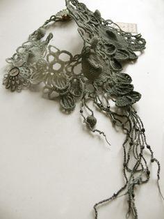 Collier Orage, Pièce unique, crochet et teinture main, couleur nuancée Gris/bleu.