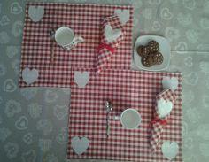 Pronti ad iniziare bene la giornata degli innamorati? Fate trovare al vostro partner una tavola che esprima da sola tutto il vostro amore. Set di tovagliette all'americana in cotone a quadretti bianchi e rossi con cuori applicati https://it-it.facebook.com/pages/Bicho-feo/382736388432736?sk=map&activecategory=Foto&session_id=1334324293 http:///elbichofeo.blogspot.com