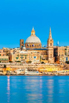 Wandelen door de smalle straten, door de pittoreske haventjes en de kleurrijke boten zien dobberen op het heldere water...✨  In het najaar ga jij de zon opzoeken in het culturele hart van de Middellandse Zee, MALTA! https://ticketspy.nl/deals/5-8-11-dagen-naar-malta-culturele-hart-van-de-middellandse-zee-va-e162/