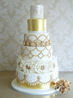 Wedding Cakes Gold and white wedding cake. Ok, not vegan, but a gorgeous cake. - Add a touch of precious metal to your wedding reception with these sweet ideas. Beautiful Wedding Cakes, Gorgeous Cakes, Pretty Cakes, Amazing Cakes, Metallic Wedding Cakes, Gold Wedding, Wedding White, Cake Wedding, Wedding Reception