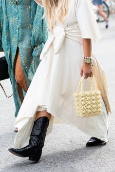 Fashion Fix Friday: A fresh look at Cowboy boots and how to wear them - White Camellias Source by fashion boots Boho Outfits, Winter Dress Outfits, Casual Dress Outfits, Casual Winter Outfits, Outfit Winter, Dress Winter, Outfit Summer, Casual Shoes, Cowboy Boot Outfits