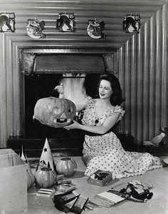 1942 vintage Halloween photo woman and pumpkins Photo Halloween, 1950s Halloween, Halloween Pin Up, Holidays Halloween, Spooky Halloween, Happy Halloween, Halloween Decorations, Halloween Costumes, Halloween Labels