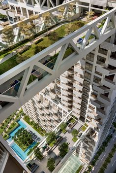 #Architecture: Moshe Safdie's firm has completed its Sky Habitat project in Singapore – a pair of balcony-covered housing towers linked by three aerial walkways. Click through for slideshow.