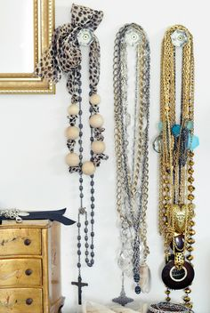 Cute way to organize jewelry. I love the idea of using vintage crystal-looking drawer pulls for necklaces.