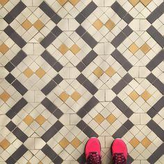 Esse Gaudí gostava de uns azulejos. #ihavethisthingwithtiles #ihavethisthingwithfloors #instapavement #tiles #tileaddiction #casabatllo #gaudi #barcelona #bcn #españa by gomezgi