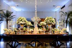 Mesa de bolo e doces linda em branco e verde. A cara de um casamento clássico. Decoração: Edilayne Ferraz   Foto: Rejane Wolff