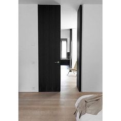 Simple and stunning. full height internal doors are divine. Design by Daskal Laperre Architects Photo Karel Vanoverburghe 🙌🏼🌿 Interior Barn Doors, Interior And Exterior, Contemporary Internal Doors, Br House, House Doors, Porch Doors, Black Doors, Interior Design Inspiration, Windows And Doors