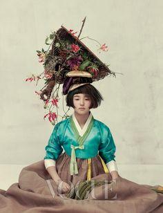 VOGUE Korea : fashion photo shoot with traditional clothes of Korea (hanbok) Style Oriental, Oriental Fashion, Ethnic Fashion, Asian Fashion, Korean Traditional Clothes, Traditional Fashion, Traditional Dresses, Vogue Korea, Korean Dress