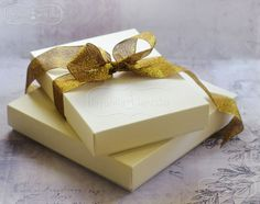 Pudełko wystarczy przewiązać kokardą by elegancko wręczyć zaproszenie, kartkę lub mały upominek.