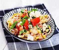 En enkel och förträffligt god pastarätt som du tillagar på mindre än 30 minuter! Stek bacon och lök i en stekpanna, vänd ner hackad basilika och grädde och låt koka någon minut. Blanda såsen med nykokt pasta och servera med rucola, morot, tomat och fetaost. Supergott!