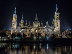 En la ciudad de Zaragoza (España) encontramos esta magnífica basílica barroca donde se venera el pilar -que le da el nombre popular- una columna de jaspe que según la tradición fue donde la Virgen…