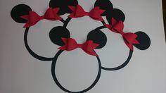 Zobacz, jak zrobić nietypową kartkę z życzeniami. Kartka w kształcie myszki Miki będzie dobrym upominkiem z okazji urodzin i imienin, ale można ją też wykorzystać jako zaproszenia na imprezę lub karnawałowy bal przebierańców. Zapoznaj się z instrukcją krok po kroku.