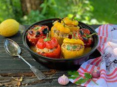 Juustoisella lihamurekkeella täytetyt paprikat vievät ajatukset Välimerelle ja lapsuuteen. Retroherkku on syksyistä sesonkiruokaa. Nappaa ohje Himahellasta. Stuffed Peppers, Vegetables, Ethnic Recipes, Food, Stuffed Pepper, Vegetable Recipes, Eten, Stuffed Sweet Peppers, Veggie Food