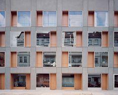 Zuhause hinterm Schaufenster:  Die Balance von Privatheit und Öffentlichkeit regulieren Erdgeschossbewohner in der Berliner Zelterstraße (Architekten zanderroth) mit Sichtschutz.