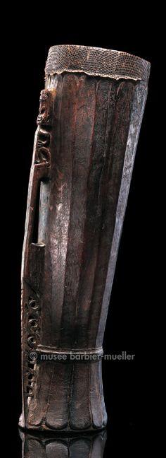 Tambour, Mélanésie, Indonésie. Nelle-Guinée, prov. de Papouasie, baie de Cenderawasih, aire korwar   Arts de Nouvelle-Guinée - Les Musées Barbier-Mueller