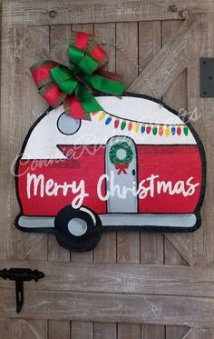 Hottest Photos Vintage Camper Burlap Door Hanger, Christmas Wreath Popular Your individual door hanger Sure, the classic is needless to say the door pendant, where on the lead Christmas Truck, Christmas Wood, Christmas Projects, Holiday Crafts, Christmas Wreaths, Christmas Ornaments, Holiday Decor, Christmas Door Hangers, Christmas Images