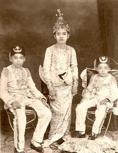 King of Thailand : King Prajadhipok (RAMA VII) พระบาทสมเด็จพระปรมินทรมหาประชาธิปก พระปกเกล้าเจ้าอยู่หัว (นั่ง...พระองค์เล็ก) เมื่อครั้งยังทรงพระอิสริยยศเป็น สมเด็จพระเจ้าลูกยาเธอ เจ้าฟ้าประชาธิปกศักดิเดชน์ เป็นพระราชโอรสพระองค์ที่ ๗๖ ในพระบาทสมเด็จพระจุลจอมเกล้าเจ้าอยู่หัว (RAMA V) เป็นพระองค์ที่ ๙ ในสมเด็จพระศรีพัชรินทราบรมราชินีนาถ พระบรมราชชนนีพันปีหลวง