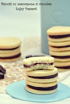Cookies with chocolate marscapone cream. Sweet Recipes, Cake Recipes, Dessert Recipes, No Cook Desserts, Cookie Desserts, Romania Food, Bulgarian Recipes, Sweet Pastries, Xmas Cookies