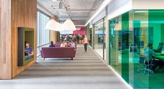 4. DIVERSIFIER LES ESPACES DE TRAVAIL La perspective de rester assis à son bureau toute la journée est obsolète. Une variété d'endroits stimule la créativité et entretien la motivation. On peut envisager des salons collaboratifs, des sièges dans les couloirs de circulation ou des bureaux pour travailler debout. On appelle ça le hot desking. N'hésitez pas à varier les matières et les couleurs également, tant qu'elles restent dans une palette bien définie pour le projet.