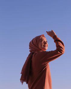 G r nt n n olas i eri i 1 ki i g ky z yak n ekim ve a k hava Hijabi Girl, Girl Hijab, Fashion Model Poses, Girl Photo Shoots, Couple Photography Poses, Fashion Photography, Instagram Pose, Muslim Girls, How To Pose