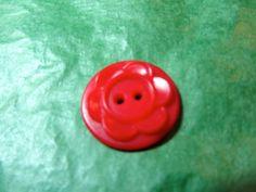 """(1)  7/8"""" FLORAL DECOR COLT RED PLASTIC 2-HOLE BUTTON - VINTAGE Lot#NL974"""