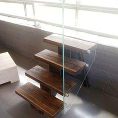 Liten demo-trapp i #showroom. Gleder oss til å dele bildene av de 2 trappe prosjektene vi ferdigstiller disse dagene. Stål, glass og #gjenbruksmaterialer blir råtøft. #elskerdet #drivved #drivvedland