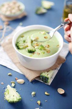 Seuls trois ingrédients composent ce velouté : le brocoli, le Saint-Morêt et la pistache. Il n'en faut pas plus pour obtenir un résultat tout doux dans