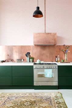 Green And Copper Kitchen Design Copper Kitchen, Green Kitchen, Kitchen Dining, Kitchen Decor, Kitchen Ideas, Deco Design, Küchen Design, House Design, Sweet Home