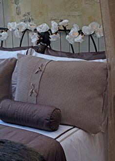 Encosto de sonho  enroscadas na cabeceira de ferro, as luzinhas envoltas por flores brancas de papel crepom dão um clima onírico ao quarto – desculpa ótima para não sair da cama. Da secrets de Famille, o fio com 5 m custa R$ 450. Jogo de lençol, manta, porta-travesseiros e rolinho da Blue Gardenia.