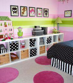 Pour une déco chambre enfant misez sur les rangements pratiques et accessibles facilement par l'enfant