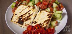 Maak je barbecuefeestje compleet met een deze frisse gegrilde feta met Griekse salade.