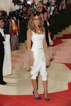 Drugačija od svih i u stilu Carrie Bradshaw: Sarah Jessica Parker u kapri pantalonama na Met Gali 2016 - Elle